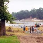 Slipowanie ³odzi WOPR-u rzeka Odra, w dali wroc³awskie zoo