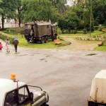 Wojskowa radiostacja na placu przed sztabem.